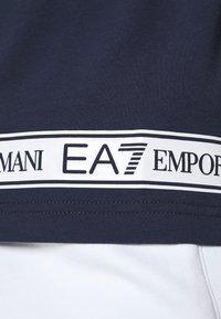 EA7 Emporio Armani - T-shirt med print - dark blue - 6