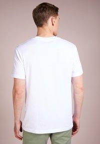 James Perse - V-NECK TEE - T-shirt basic - white - 2