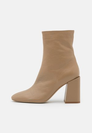 BLOCK BOOT  - Classic ankle boots - sand