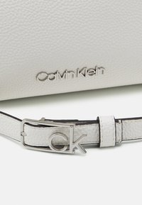 Calvin Klein - CROSSBODY - Sac bandoulière - white - 3