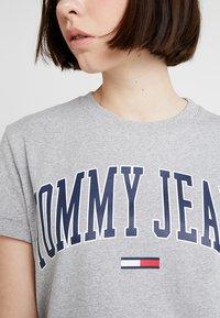 Tommy Jeans - COLLEGIATE LOGO TEE - Print T-shirt - light grey heather - 5