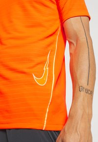 Nike Performance - DRY - T-shirt print - total orange - 5