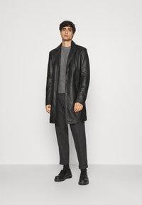 Selected Homme - SLHSLIMTAPERED YORK - Chino kalhoty - mottled dark grey/camel - 1