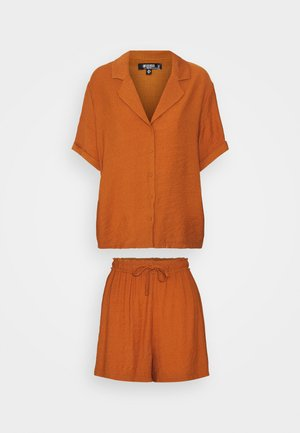 PLUNGE SHIRT AND DRAWSTRING PAPERBAG SHORTS SET - Kraťasy - rust