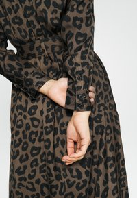 Banana Republic - MAXI SHIRTDRESS  - Maxi šaty - leopard - 6