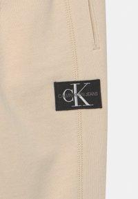 Calvin Klein Jeans - BLOCKING BADGE - Tracksuit bottoms - muslin - 2