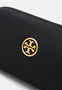 Tory Burch - PIPER LONG COSMETIC CASE - Kosmetická taška - black - 3