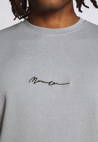 Mennace - ESSENTIAL REGULAR RELAXED SIG TEE UNISEX - Basic T-shirt - slate grey - 4