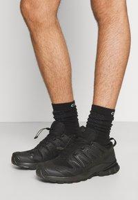 Salomon - XA PRO 3D V8 - Běžecké boty do terénu - black - 3