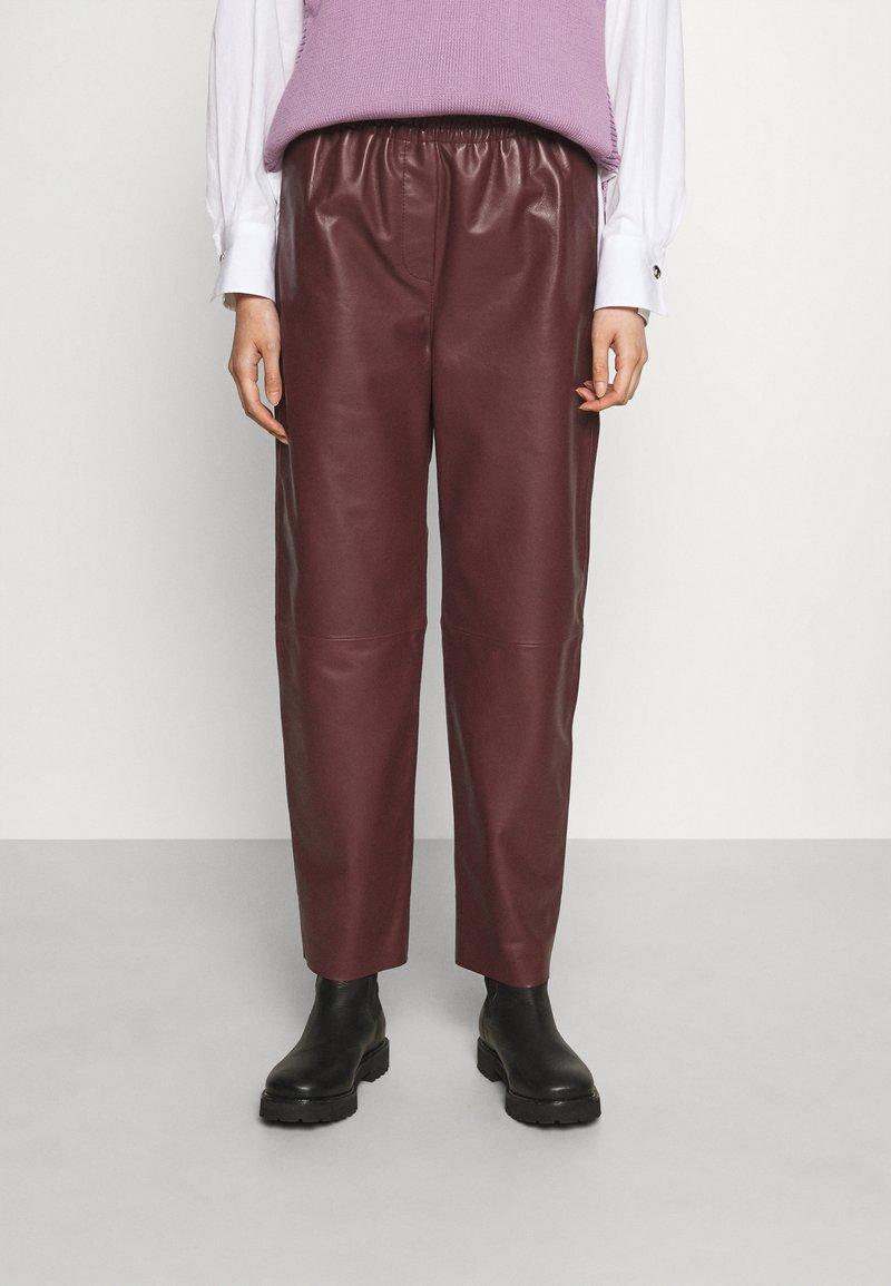 Marimekko - IHMETELLÄ TROUSERS - Leather trousers - wine red