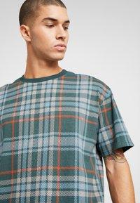 Urban Classics - CHECK OVERSIZED HEAVY TEE - Print T-shirt - bottlegreen - 5
