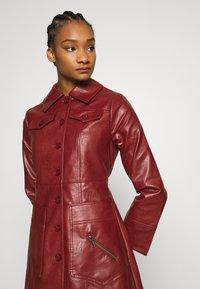 Who What Wear - BUTTON FRONT 70S COAT - Zimní kabát - garnet - 5