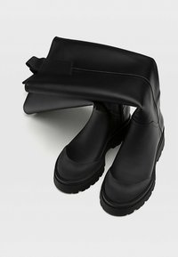 Stradivarius - MIT GUMMIERTEM FINISH - Boots - black - 4
