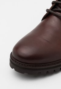 Levi's® - ROBERTS - Lace-up ankle boots - brown - 5