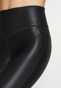 Good American - LIQUID CROSSOVER LEGGING - Leggings - black - 7