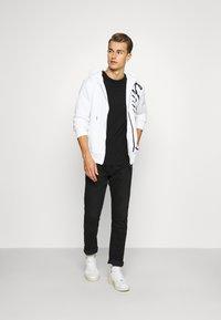 Tommy Hilfiger - SIGNATURE HOODED ZIP THROUGH - Zip-up hoodie - white - 1