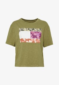 CAMO FLAG TEE - Print T-shirt - olive tree