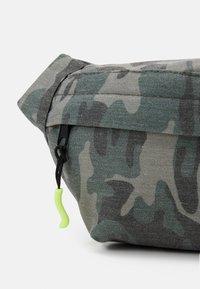 Name it - NKMDRAMO BELTBAG UNISEX - Across body bag - deep lichen green - 3