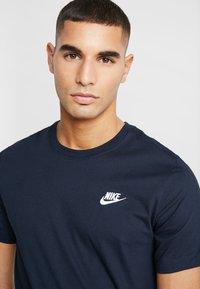 Nike Sportswear - CLUB TEE - T-shirt - bas - dark obsidian - 4