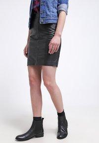Gestuz - CHAR - Falda de cuero - black - 3