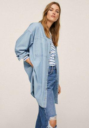OVERSHIRT LOMMER - Button-down blouse - lys blå