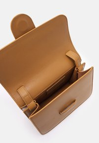 Rejina Pyo - HARPER BAG SMALL - Across body bag - biscuit - 3