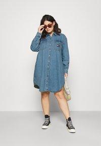 Tommy Jeans Curve - SHIRT DRESS - Denim dress - denim medium - 1