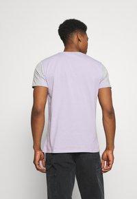 CLOSURE London - PANELLED LOGO BLOCK TEE - T-shirt med print - grey/violett - 2