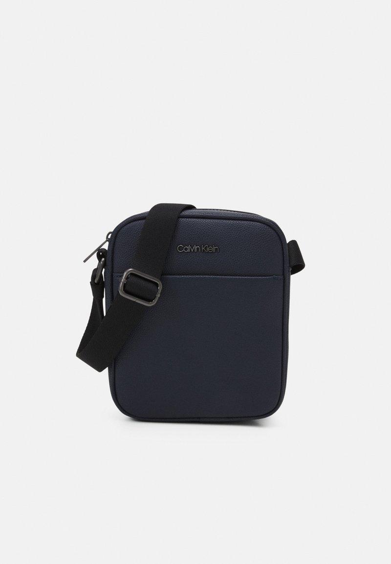 Calvin Klein - REPORTER UNISEX - Taška spříčným popruhem - blue