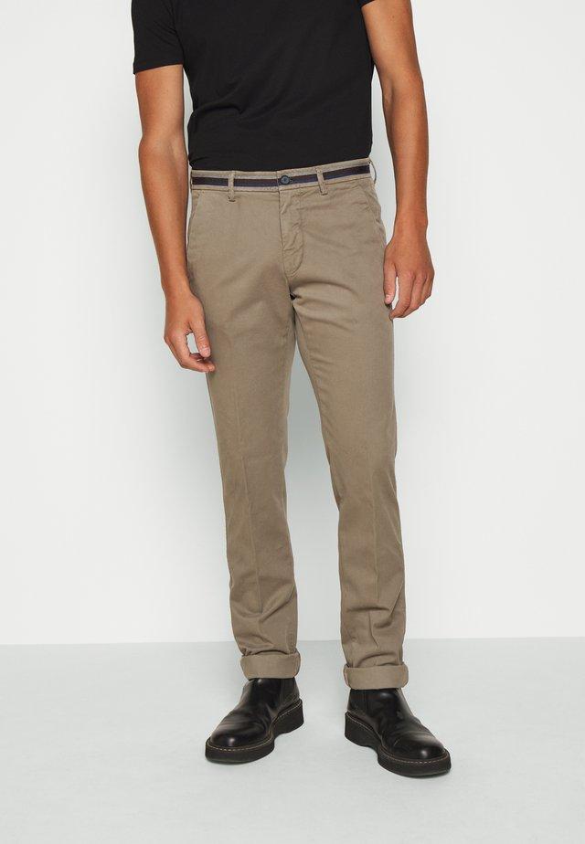 TORINO WINTER - Pantalones chinos - schlamm