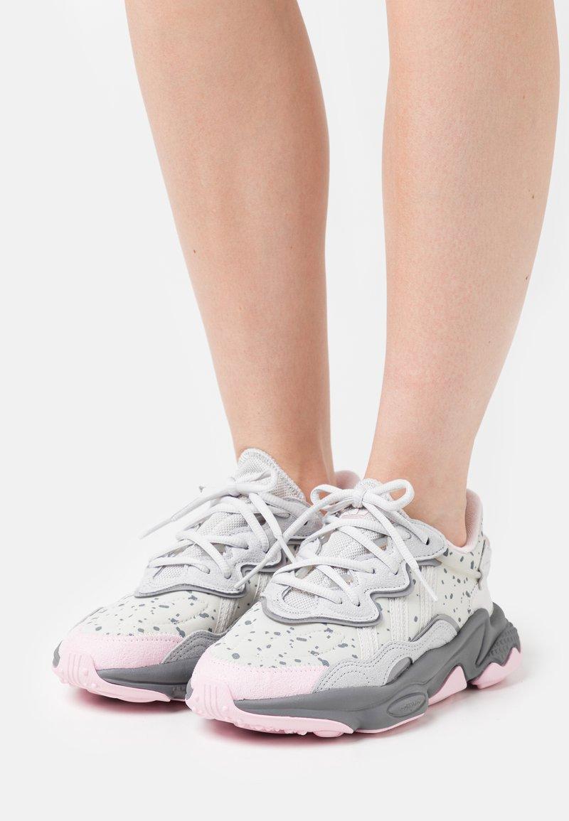 adidas Originals - OZWEEGO  - Trainers - grey one/grey two/clear pink