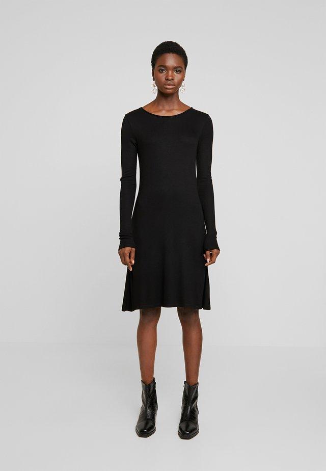 KROWN FLARE DRESS - Strikket kjole - black