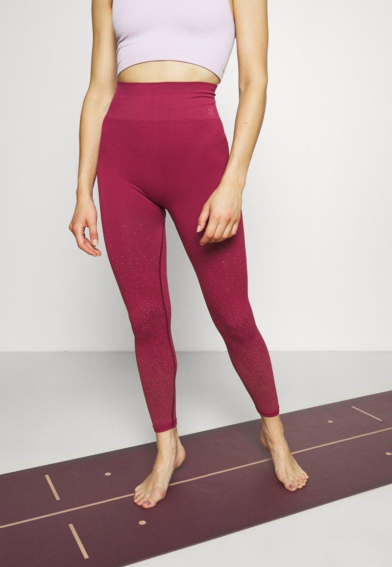 Yogasearcher - DHIANA - Punčochy - cerise