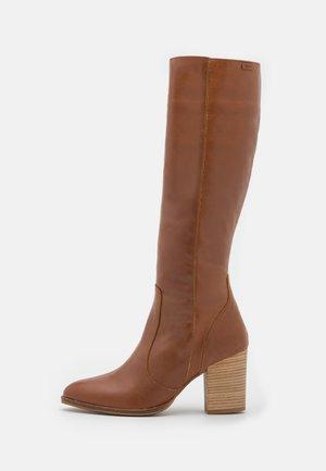 UMA - Vysoká obuv - vermut