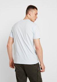 Burton Menswear London - CITY PLACEMENT GRAPHIC ECHO LIGHT  - Print T-shirt - blue - 2