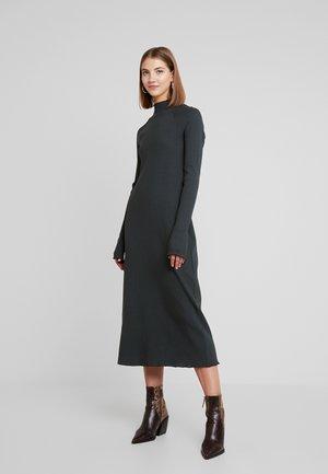 LORETTA DRESS - Pletené šaty - green