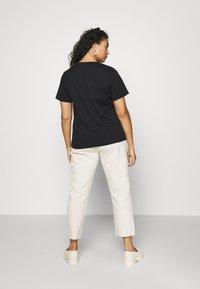 Calvin Klein Jeans Plus - PLUS SATIN BONDED MONOGRAM TEE - Print T-shirt - gradient black - 2