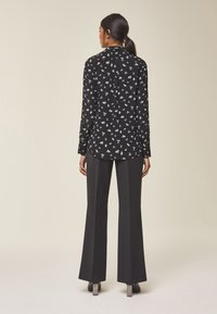 IVY & OAK - MIT FLORALEM PRINT - Button-down blouse - black - 1