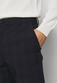 Calvin Klein Tailored - BI-STRETCH SUBTLE CHECK PANT - Trousers - navy - 4