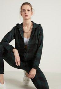 Tezenis - Zip-up hoodie - schwarz - black/pine green tartan check - 3