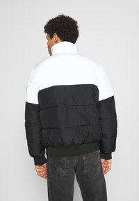 Calvin Klein Jeans - COLORBLOCK PUFFER - Kurtka zimowa - bright white/black - 2