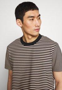 Joseph - CREW STRIPED - T-shirt print - camel combo - 4