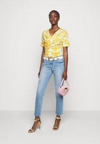 Versace Jeans Couture - LADY - Triko spotiskem - optical white - 1