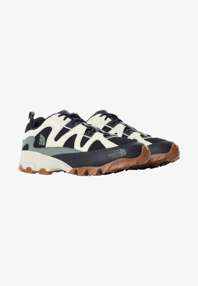 M ARCHIVE TRAIL FIRE ROAD - Chaussures de running - aviator navy/vintge white