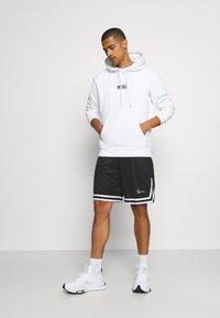 Karl Kani - SIGNATURE SHORTS - Shorts - black - 1