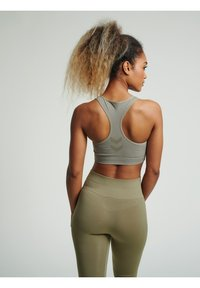 Hummel - HMLTIF SEAMLESS SPORTS - Sport-bh met light support - vetiver