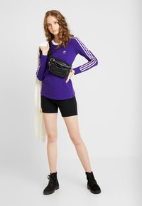 adidas Originals - ADICOLOR 3 STRIPES LONGSLEEVE TEE - Bluzka z długim rękawem - collegiate purple - 1