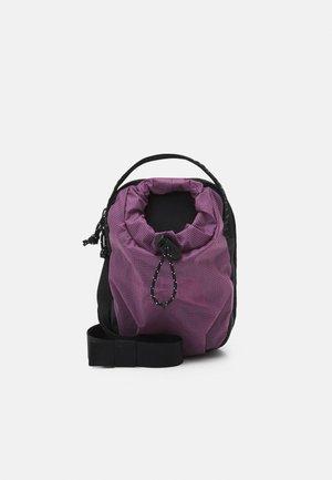 BOZER CROSS BODY UNISEX - Taška spříčným popruhem - pikes purple/black