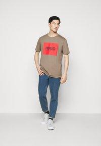 HUGO - DOLIVE - T-shirt imprimé - light/pastel brown - 1