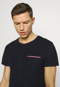 Tommy Hilfiger - T-shirt z nadrukiem - blue - 4